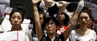 Centenas protestam contra condenação por 'agredir' polícia com os seios
