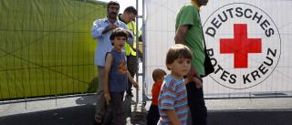 """Milhares de manifestantes dão """"boas-vindas"""" aos refugiados em Dresden"""