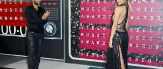 Mulher de John Legend sem roupa interior nos VMA
