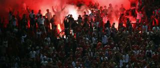Lançamento de tochas no Vicente Calderón deve passar impune em Portugal