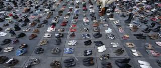 'Mar' de sapatos estão na praça de onde sairia a marcha cancelada