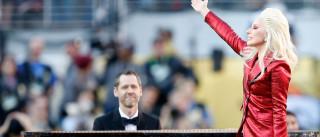 Lady Gaga canta e encanta no Super Bowl