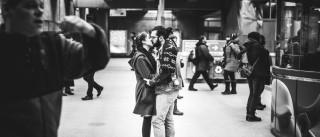 Eis o Amor. A preto e branco e em sítios públicos