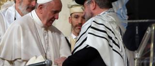 Papa Francisco e patriarca russo Kiril abraçam-se em encontro histórico