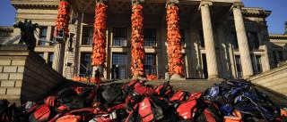 Cobrir um edifício de coletes para lembrar vidas que eles não salvaram