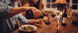 Um copo (ou dois) de vinho ao jantar não faz mal, assegura ciência