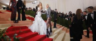 A mão 'marota' de Lady Gaga no rabo de Kate Hudson