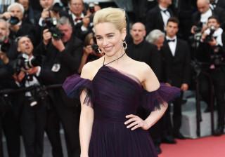 Emilia Clarke muda de visual. Cabelo está chique, mais curto e mais loiro