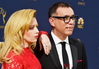 Fred Armisen surge na gala dos Emmy com dentes de vampiro