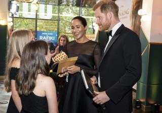 Duques de Sussex recebem presente para o filho na estreia de 'O Rei Leão'