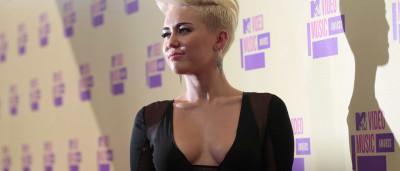 Miley Cyrus mostra mais do que deve durante prémios MTV