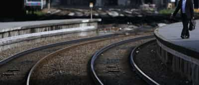 Polícia salva jovem de ser atropelado por comboio