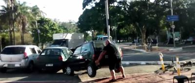 Homem desvia carro mal estacionado com as próprias mãos