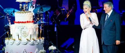 Lady Gaga surpreende Tony Bennet com bolo gigante