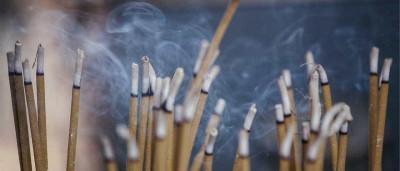 Fumo de incenso pode ser mais tóxico do que fumo de cigarro