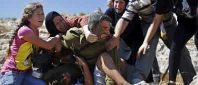 Mulheres e crianças salvam menino de soldado israelita