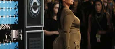 Kim Kardashian exibe barriga de grávida... e não só