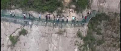 Assista ao momento em que parte desta ponte de vidro cedeu