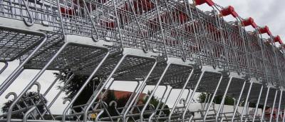 Ingleses reagem mal a sacos pagos e levam carrinhos para casa