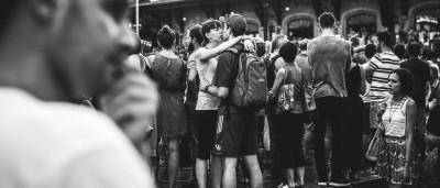 É o amor. A preto e branco e em sítios públicos