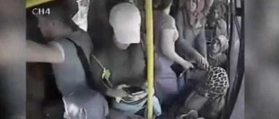 Este homem decidiu fazer a coisa errada no autocarro errado