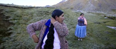 Cholitas trocam chapéus por capacetes para escalar montes
