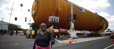 Um tanque de vaivém espacial 'passeou' pelas ruas da Califórnia