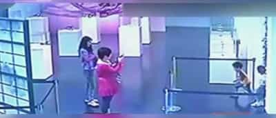 Crianças destroem peça de arte em museu. Mães assistem sem intervir