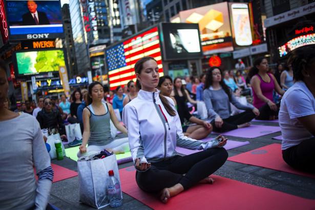 Exercício Praticar yoga nos locais mais inesperados-veja fotos Naom_555c4e62d77d2