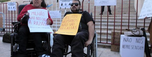 Deficientes assinalam dia com vigília de repúdio ao Orçamento