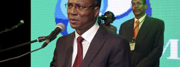 Critica desequilíbrios macroeconómicos e pede reformas