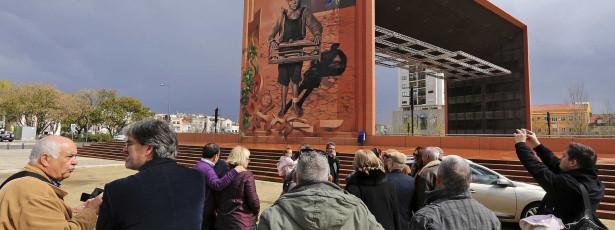 Mural de vinte metros retrata o 'rapaz dos pássaros'