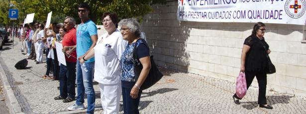 Cordão humano junta 100 pessoas na greve de enfermeiros