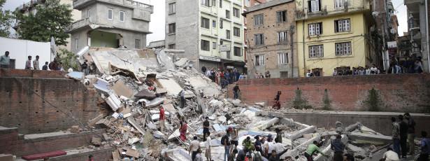 Queda de edifício faz dezenas de mortos no Nepal