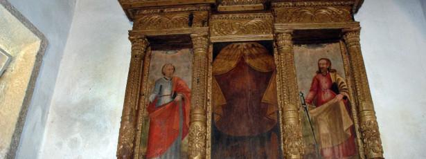Templos órfãos de crucifixos, sinos, esmolas e até água benta