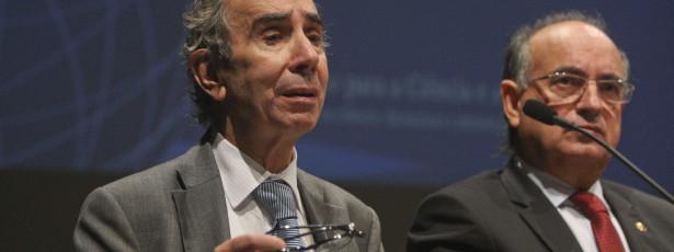 Se o Governo não se demite, Cavaco Silva deve demiti-lo