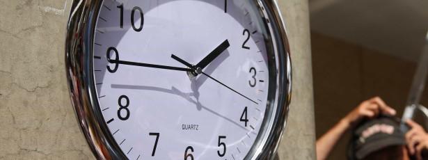 Hora de verão entra amanhã. Relógios adiantam 60 minutos