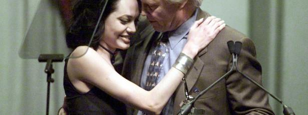 Angelina Jolie não convidou o pai para o casamento