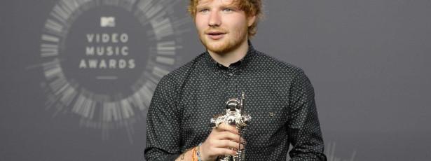 Ed Sheeran contrata guarda-costas para se proteger das fãs