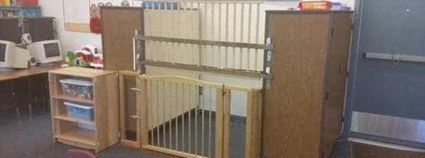 Mãe encontra filha deficiente presa em jaula na sala de aula