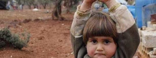 Menina síria rende-se ao confundir uma câmara fotográfica com arma
