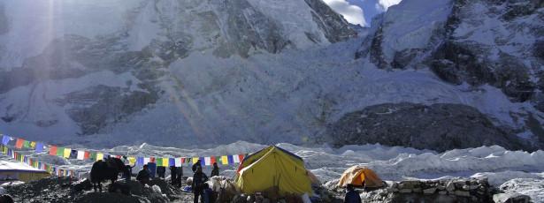 Sismo provoca avalanche no Everest. Há vários mortos