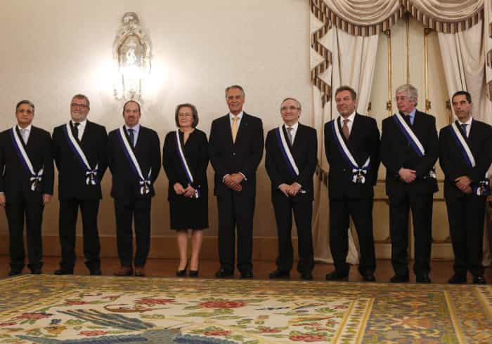 """Cavaco condecora oito ex-ministros pelo """"espírito patriótico"""""""