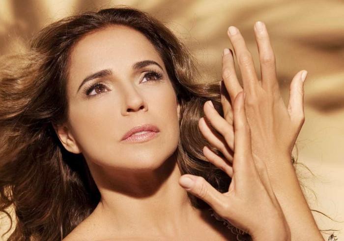 Daniela Mercury adia compromissos profissionais por