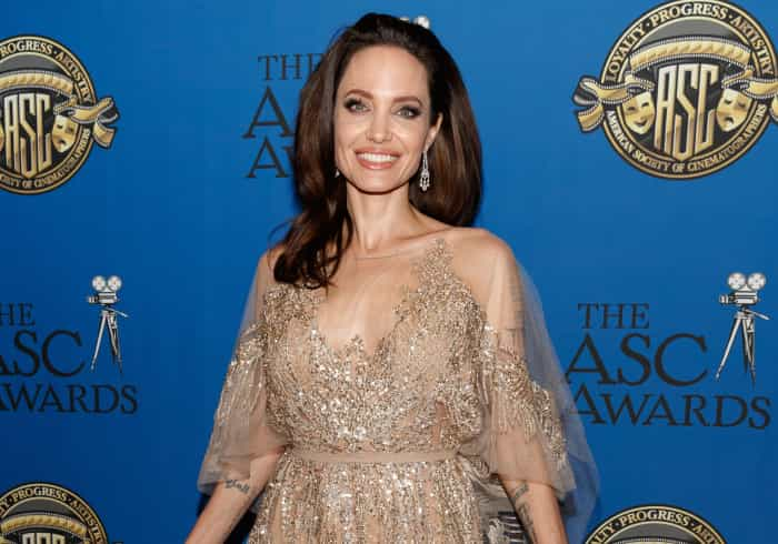 Angelina Jolie sai com amiga, após Brad Pitt ir à festa de anos da 'ex'