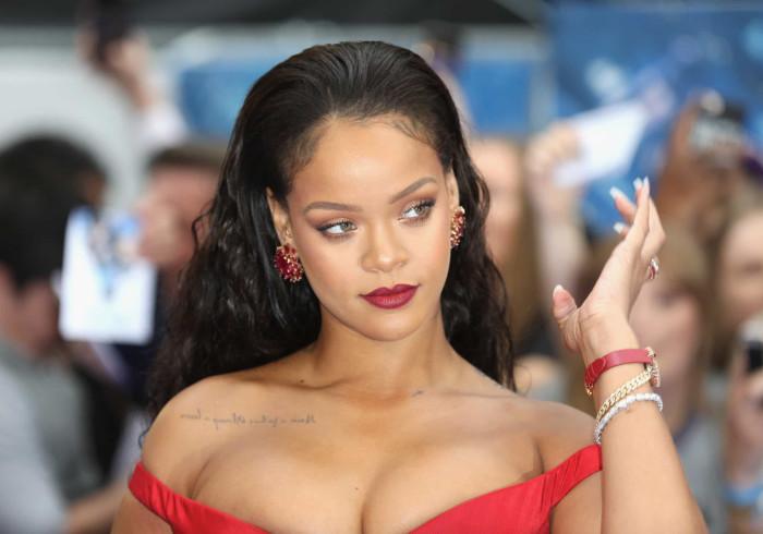 Rihanna 'incendeia' redes sociais ao desfilar em biquíni