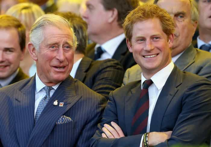 Harry dá os parabéns ao pai, príncipe Carlos, com foto única