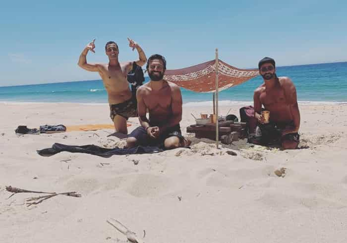 José Fidalgo diverte-se na praia com amigos