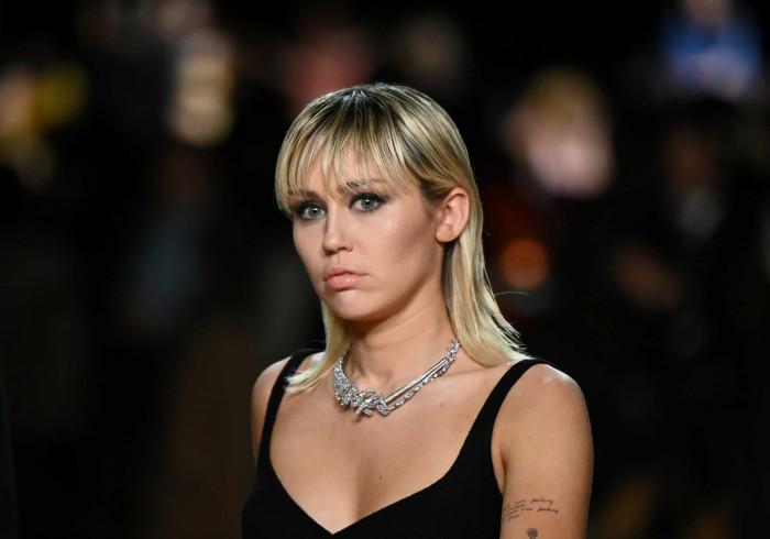 Miley Cyrus faz 'lavagem de roupa suja' e ataca Liam Hemsworth
