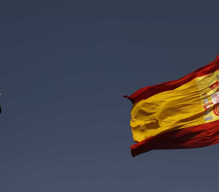 [MF]. A seagull flies past the Spanish flag in front of the congress hall, venue of the Ibero-American Summit, in Cadiz, southern Spain November 15, 2012.